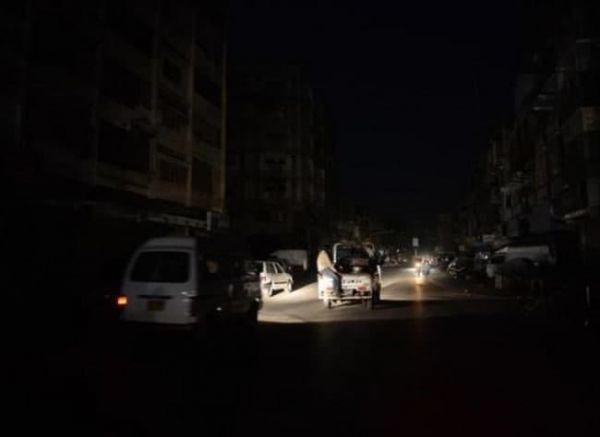 منازل المشرفين مضاءة.. الحوثي ينتزع فرحة العيد عن أبناء مدينة الحديدة بقطع التيار الكهربائي
